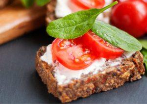 ארוחות ביניים קלילות ובריאות לשעות העבודה